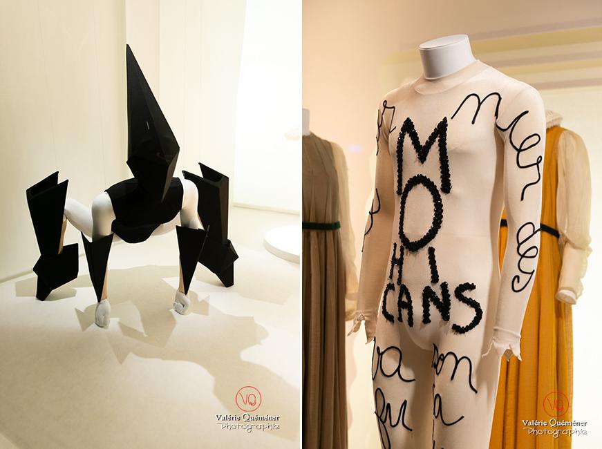 Costumes en forme d'origamis par de Gareth Pugh et costume dernier des Mohicans, au CNCS à Moulins | © Valérie Quéméner - Réf : VQFR03-0347-0360