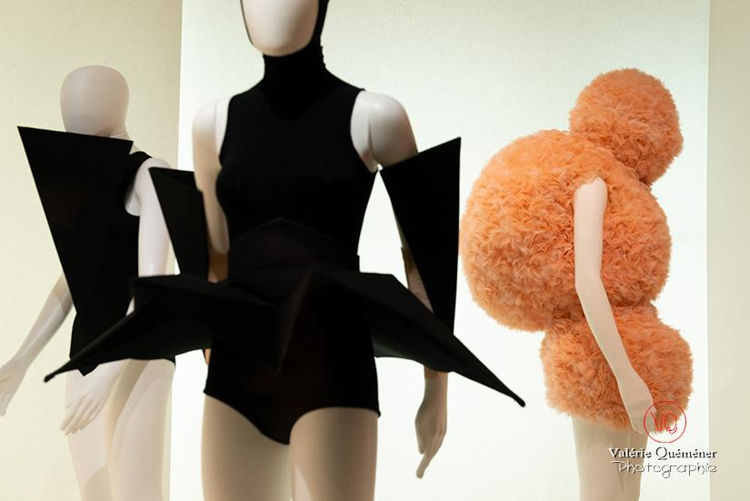 Costumes en forme d'origamis par Gareth Pugh et boules par Walter Van Beirendonck pour Marie-Agnès Gillot au CNCS à Moulins | © Valérie Quéméner - Réf : VQFR03-0348