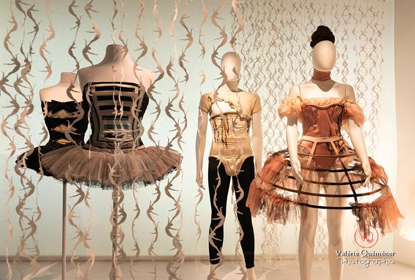 Costumes brandebourgs militaires par Karl Lagerfeld et crinoline brûlée de Sylvie Shinazi, CNCS à Moulins | © Valérie Quéméner - Réf : VQFR03-0382