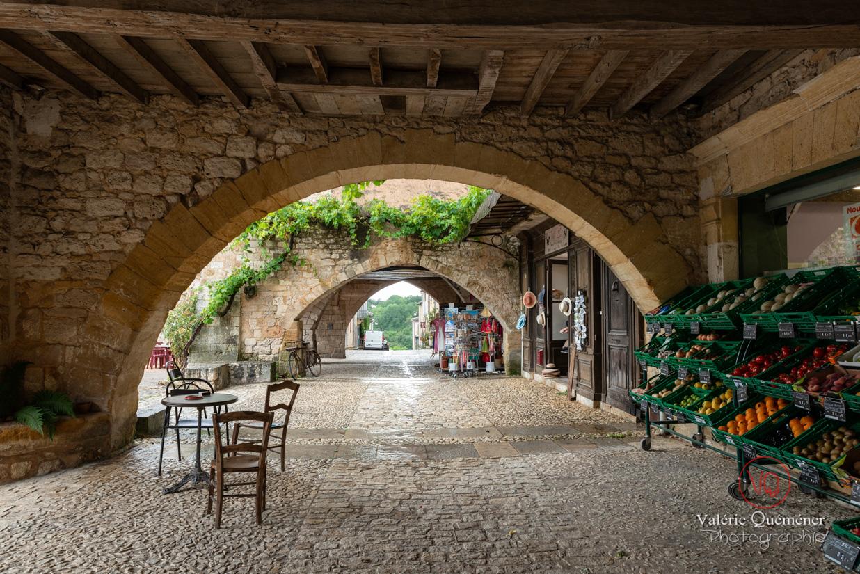 Allée couverte place des cornières au village de Montpazier | © Valérie Quéméner - Réf : VQFR24-0190