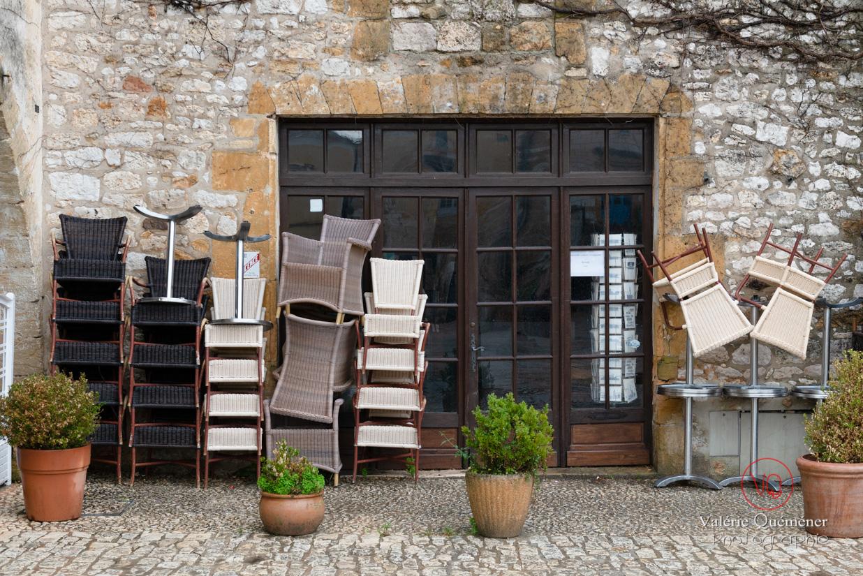 Bar / restaurant fermé dans le village de Montpazier | © Valérie Quéméner - Réf : VQFR24-0197