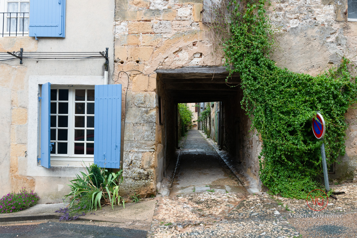 Ruelle passant sous une maison, village de Montpazier | © Valérie Quéméner - Réf : VQFR24-0199