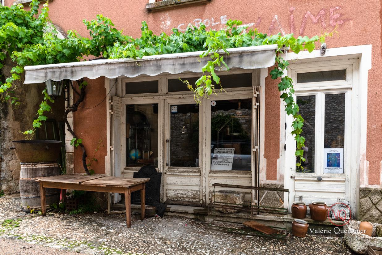 Magasin d'antiquité-brocante au village de Montpazier | © Valérie Quéméner - Réf : VQFR24-0215