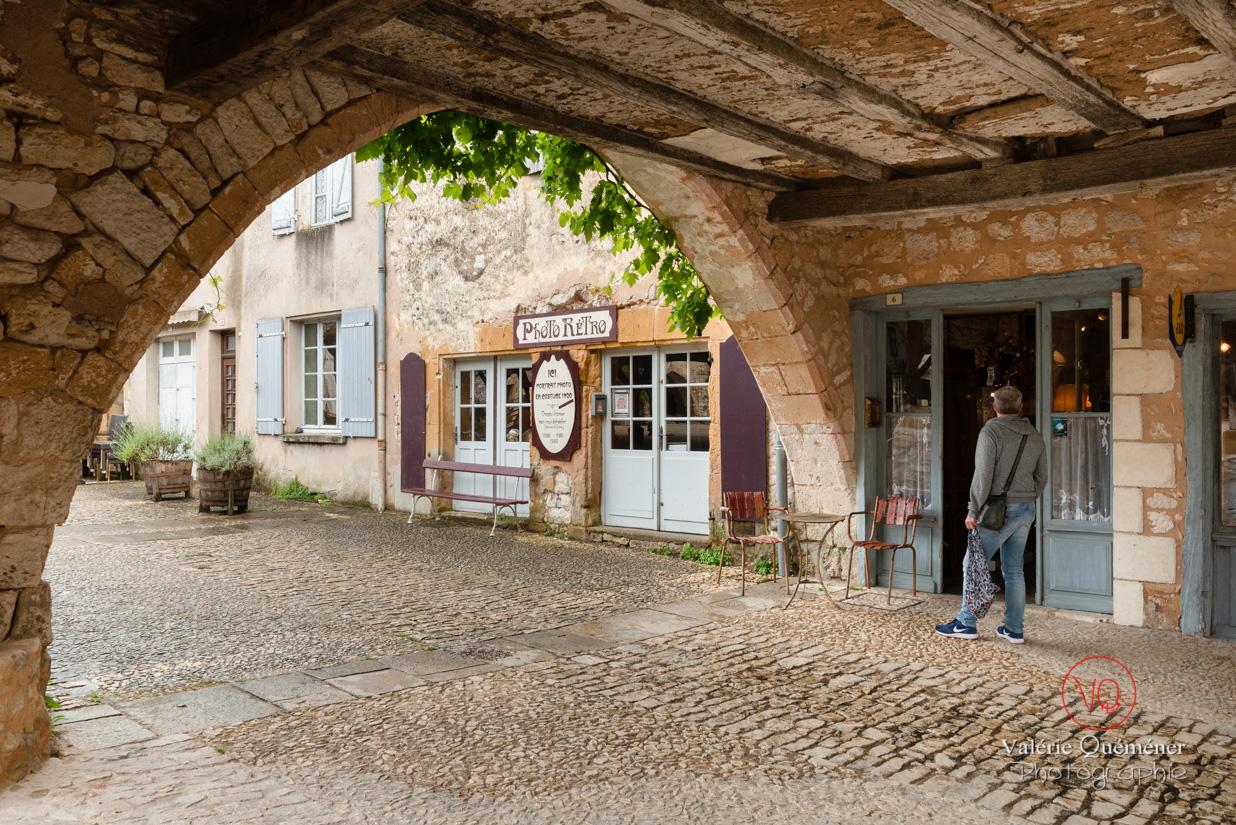 Allée couverte place des cornières du village de Montpazier | © Valérie Quéméner - Réf : VQFR24-0220