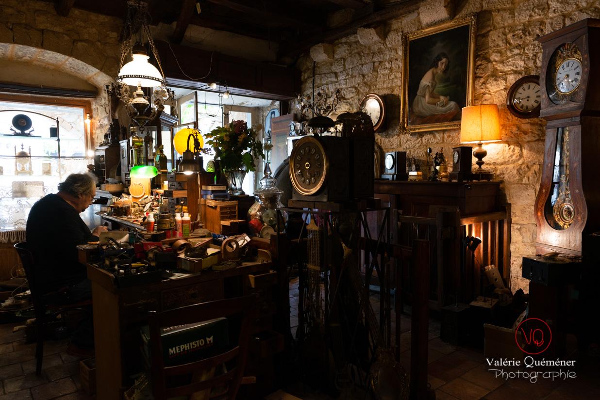 Boutique d'un horloger au village de Montpazier | © Valérie Quéméner - Réf : VQFR24-0225