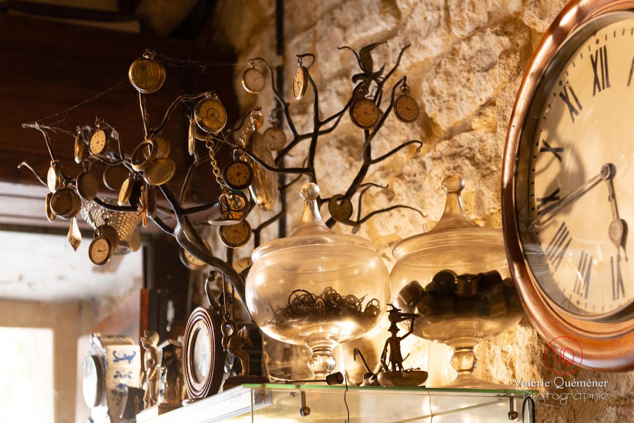 Boutique d'un horloger au village de Montpazier | © Valérie Quéméner - Réf : VQFR24-0229