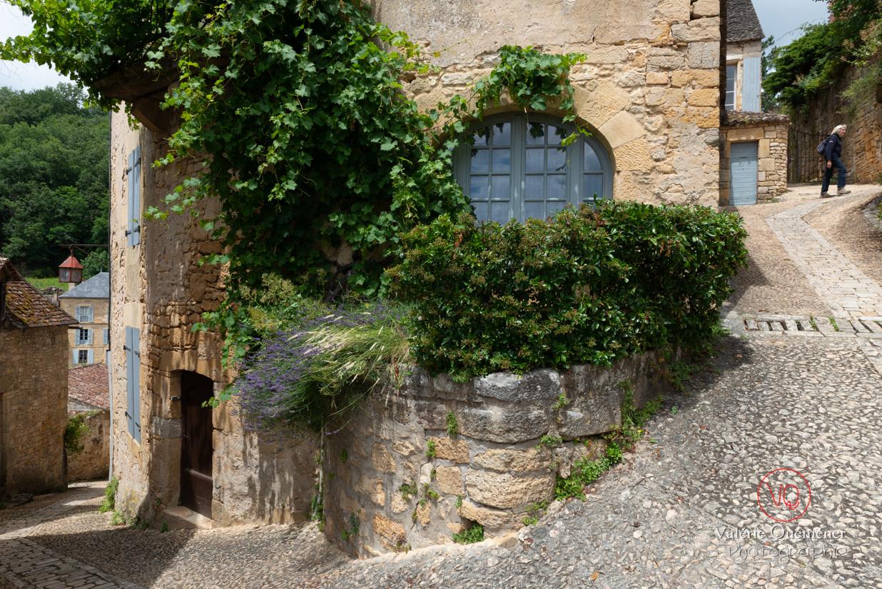 Rue du village de Beynac vide de touristes malgré la saison estivale | © Valérie Quéméner - Réf : VQFR24-0434