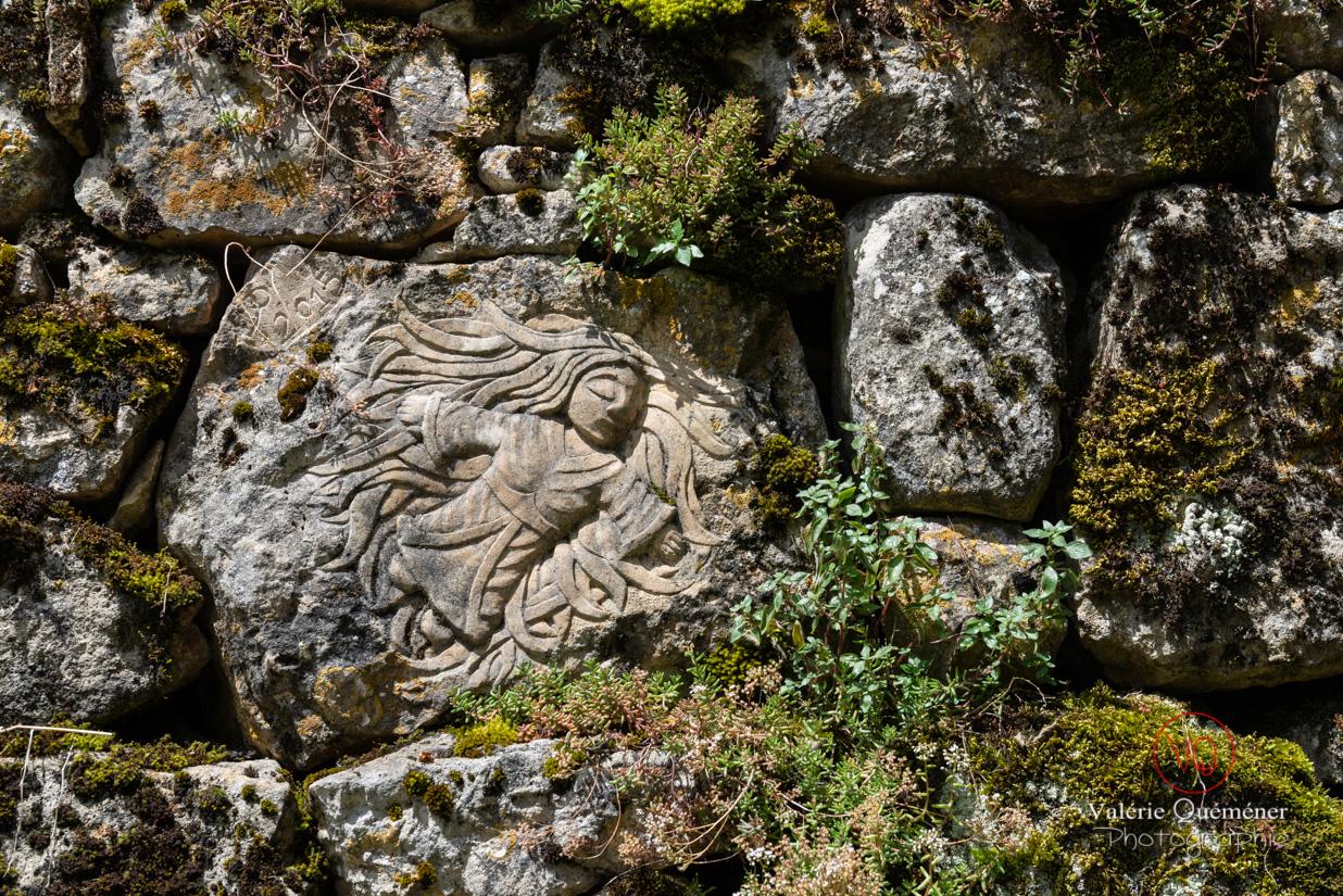 Gravure sur une pierre dans le village de Castelnaud-la-Chapelle | © Valérie Quéméner - Réf : VQFR24-0453
