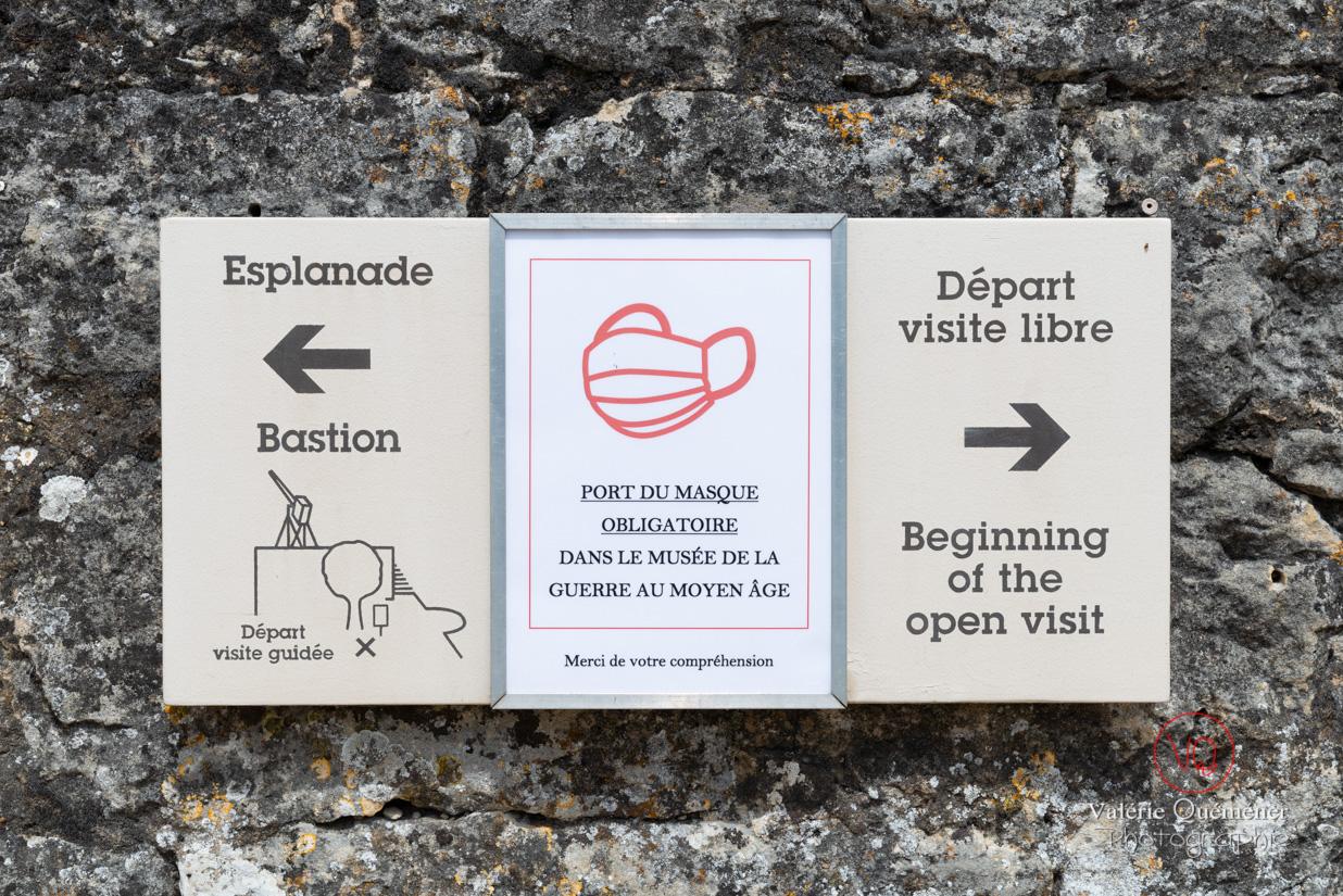 Consigne du port du masque pour la visite du musée du château de Castelnaud-la-Chapelle | © Valérie Quéméner - Réf : VQFR24-0465