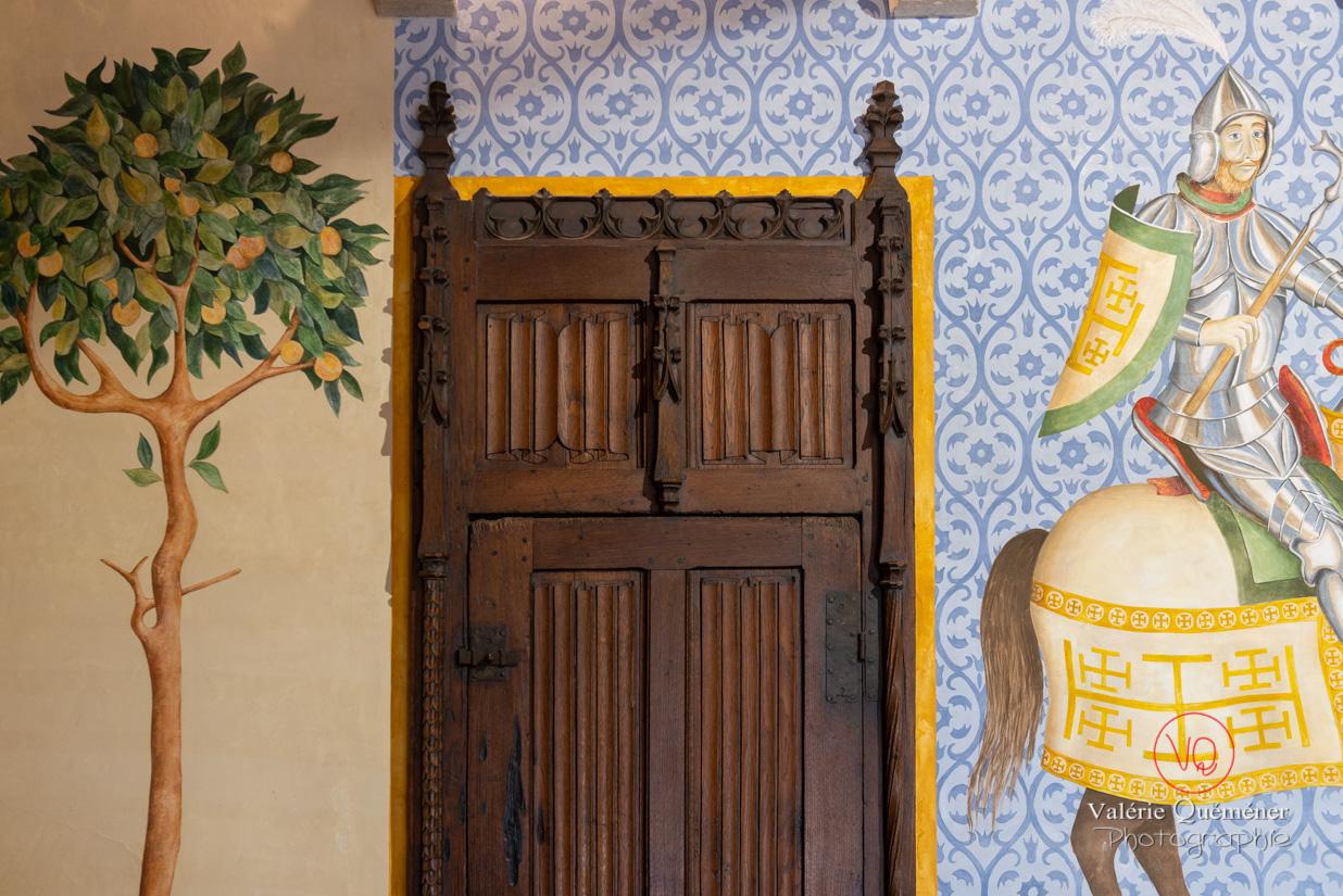 Détail de peinture et belle porte en bois dans le château de Castelnaud-la-Chapelle | © Valérie Quéméner - Réf : VQFR24-0489
