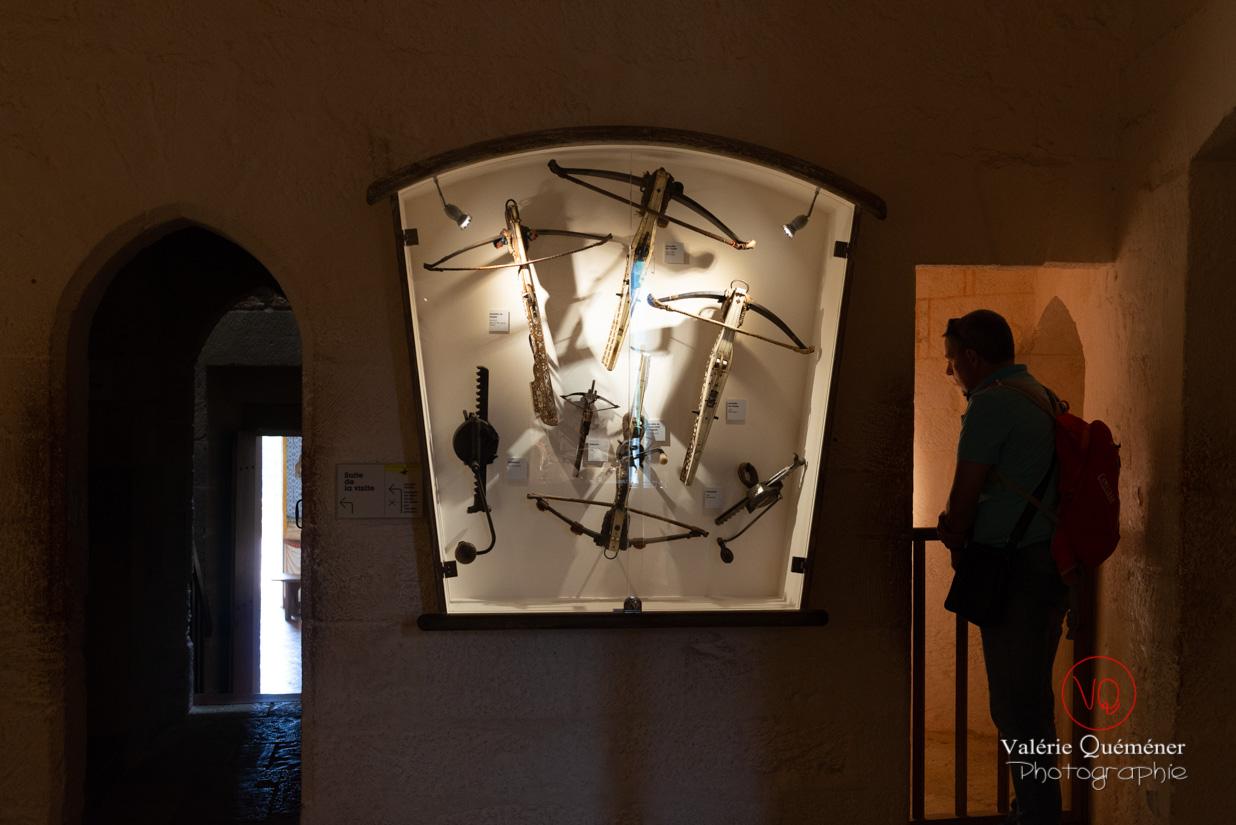 Salle d'arbalètes du musée de la guerre dans le château de Castelnaud-la-Chapelle | © Valérie Quéméner - Réf : VQFR24-0497