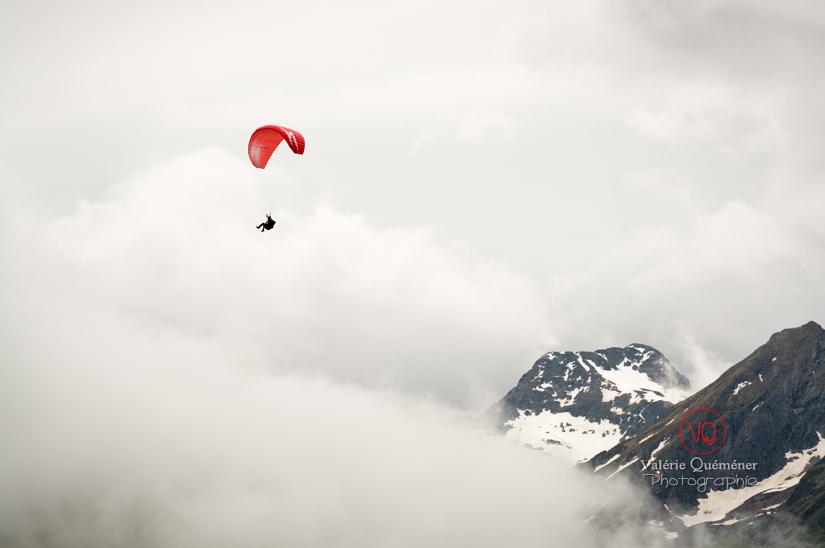 Parapente dans la brume . Photo © Valérie Quéméner