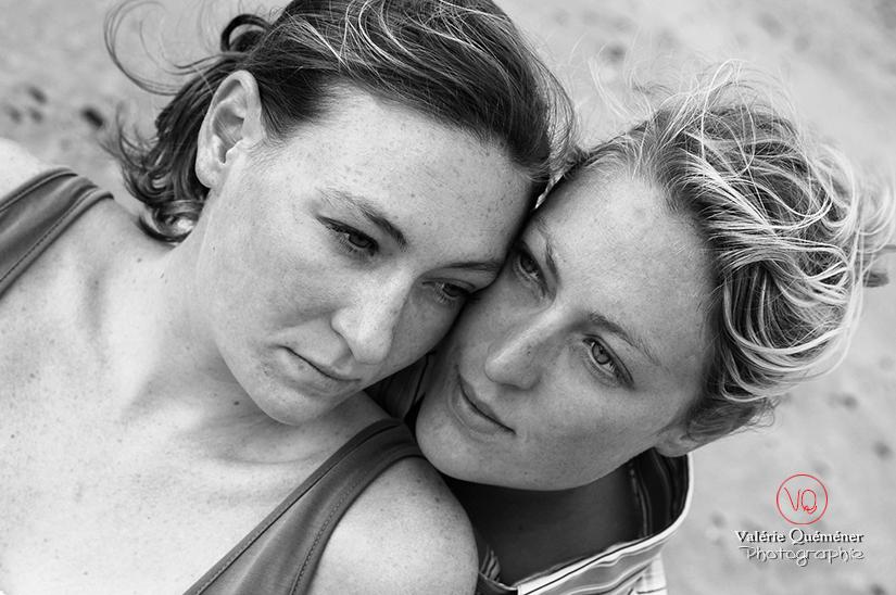 Portrait de soeurs à la plage | Photo © Valérie Quéméner